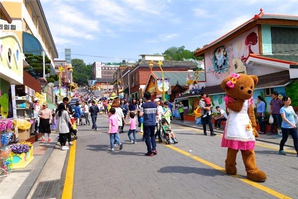 Tất cả đều sẵn sàng chào đón du khách đến thăm ngôi làng, từ trẻ em...(Ảnh: Trip Zilla)