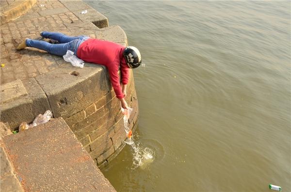 """Bạn trẻ đứng trong giá rét kêu gọi """"Thả cá đừng thả túi ni-lông!"""""""