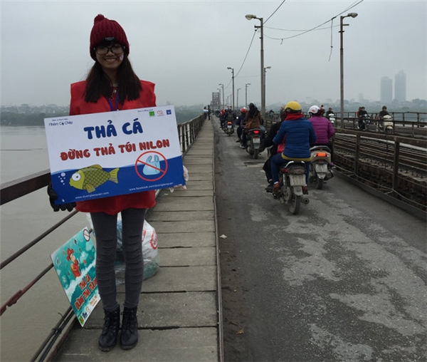Nhóm bạn trẻ tình nguyện thu gom rác và tuyên truyền bảo vệ môi trường. Ảnh: Internet