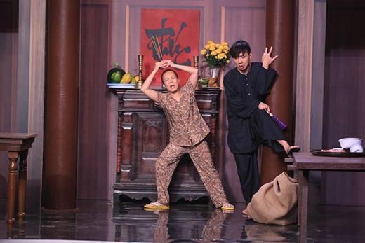 Việt Hương lỡ tay tụt quần Trấn Thành trên sân khấu