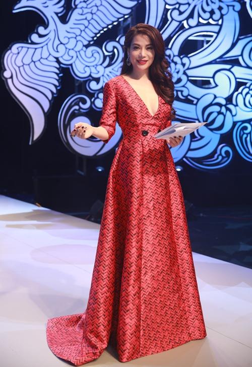 Trong đêm chung kết Project Runway - Nhà thiết kế Thời trang Việt Nam 2015 vừa qua, Trương Ngọc Ánh vừa quyền lực với sắc đỏ, vừa điệu đà, thanh lịch với dáng váy xòe nhưng cũng không kém phần gợi cảm bởi đường xẻ ngực sâu hun hút.