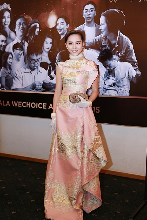 Á hậu Dương Trương Thiên Lý tái hiện phong cách thời trang cổ điển thanh lịch nhưng với trang phục cùng cách phối phụ kiện mang đậm màu sắc hiện đại. Trong nửa năm trở lại đây, Thiên Lý bắt đầu tham gia lại những hoạt động trong showbiz sau khoảng thời gian dài lui về ở ẩn.