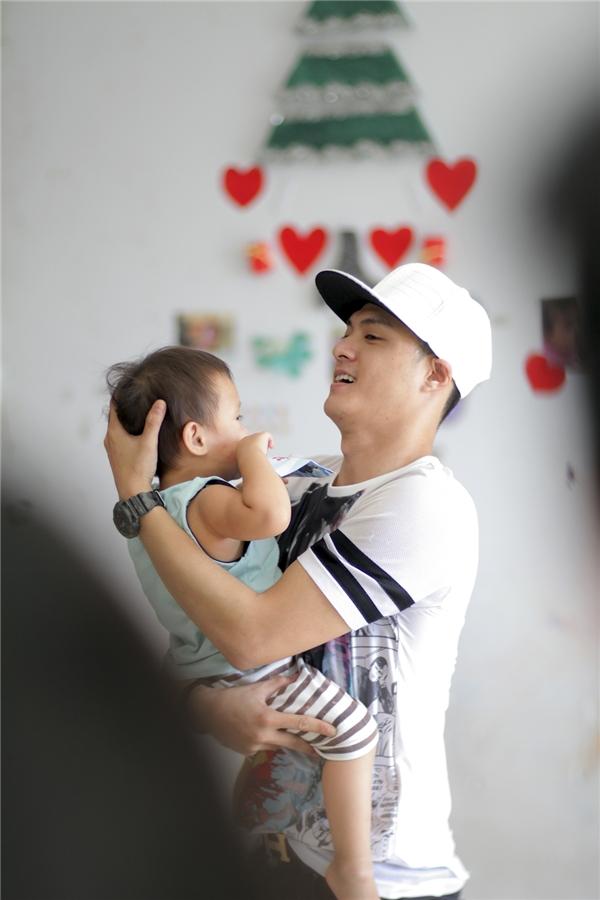 Có lẽ vì đã làm cha nênchàng vũ công này rất biết cách nâng niu trẻ con. - Tin sao Viet - Tin tuc sao Viet - Scandal sao Viet - Tin tuc cua Sao - Tin cua Sao