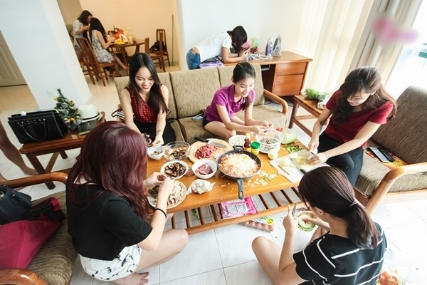 """Không khí vui vẻ khi cùng chuẩn bị bữa ăn và thưởng thức những gì mình nấu cùng với những người bạn """"đồng cảnh ngộ"""" thật ra cũng ấm áp không kém gì bữa ăn với gia đình đâu.(Ảnh: Internet)"""