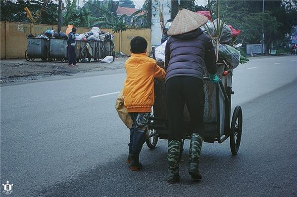 Hình ảnh cậu bé phụ mẹ đẩy xe rác đang làm xôn xao cộng đồng mạng. (Ảnh: Internet)