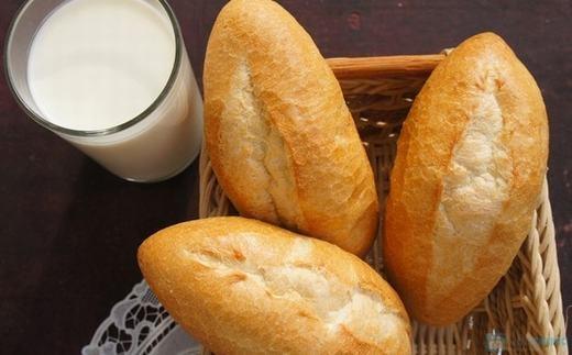 ...liệu có liên quan đến việc ăn vỏ bánh mì? (Ảnh: Internet)