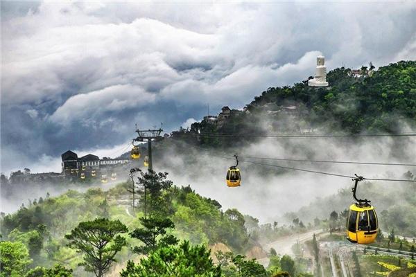 Được biết, tuyến cáp treo Fansipan Sapa được khởi công vào tháng 11/2013. Cáp treo có độ cao 3.143m so với mực nước biển, khởi điểm từ Thung lũng Mường Hoa đến đỉnh Fansipan - 'nóc nhà Đông Dương' tại Việt Nam. Ảnh: Internet