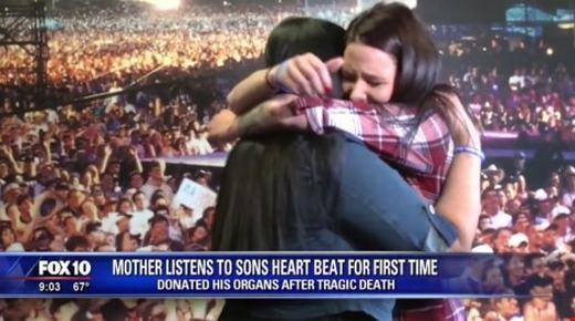 2 bà mẹ ôm nhau xúc động. (Ảnh: Internet)