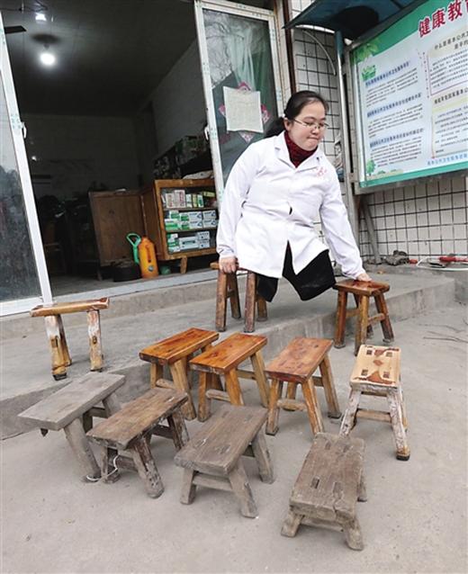 15 năm qua cô Lý đã đi mòn 24 chiếc ghế gỗ. (Ảnh: Internet)