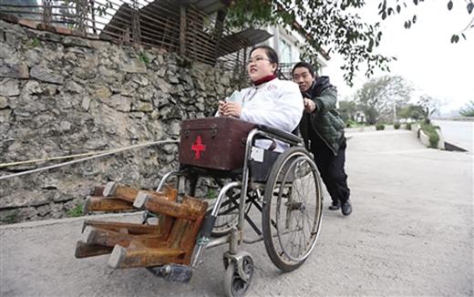 Mỗi sáng, anh Lưu đưa vợ đến phòng khám. (Ảnh: Internet)