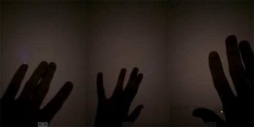 Hiện tượng bàn tay phóng ra tia điện màu xanh. (Ảnh: Rudy Moore)