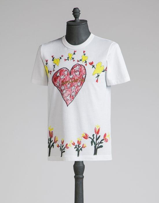 Trang phục dành cho nam giới cũng sử dụng họa tiết trái tim tô điểm nhưng với nhiều sự biến tấu mới lạ.