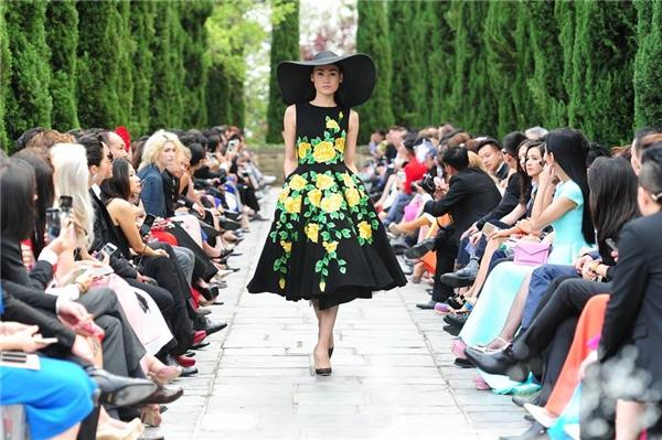 Bộ sưu tập Xuân - Hè 2015 của Đỗ Mạnh Cường sử dụng họa tiết hoa hồng.