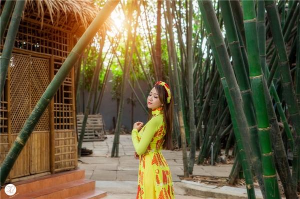 Bên cạnh đó, bộ ảnh còn đặc biệt thực hiện tại một vườn trúc lớn, đây là một bối cảnh khác biệt thay vì hoa mai hoa đào dành cho ngày xuân. - Tin sao Viet - Tin tuc sao Viet - Scandal sao Viet - Tin tuc cua Sao - Tin cua Sao