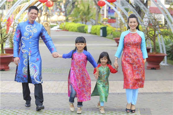 Gia đình Bình Minh diện áo dài đón xuân rộn ràng - Tin sao Viet - Tin tuc sao Viet - Scandal sao Viet - Tin tuc cua Sao - Tin cua Sao