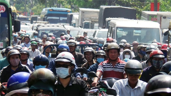 Đường xá tắc nghẽn vì người dân về quê ăn Tết