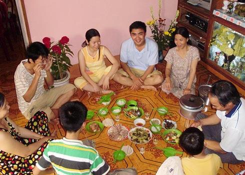Các thành viên trong gia đình quây quần bên mâm cơm ngày cuối năm. Ảnh: Internet