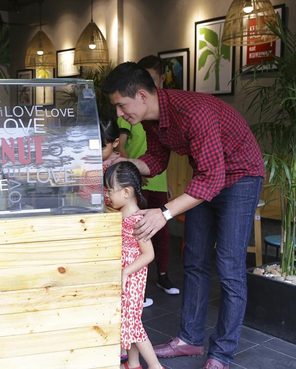 Mới đây, trong những ngày giáp Tết Bính Thân 2016,nam diễn viên đã tranh thủ thời gian rảnh của mình để dẫn vợ và con gái đi ăn kem, thư giãn sau những giờ làm việc căng thắng. - Tin sao Viet - Tin tuc sao Viet - Scandal sao Viet - Tin tuc cua Sao - Tin cua Sao