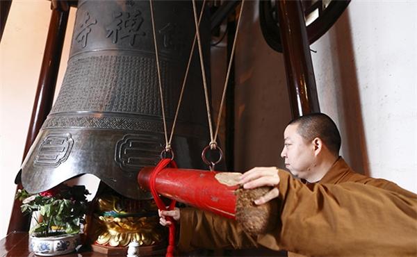 Đánh chuông cầu cho năm mới may mắn ở chùa Long Hoa.(Ảnh: Internet)