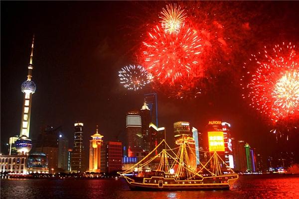 Năm mới mà không tiệc tùng ở Thượng Hải thì quả là… chuyện lạ. Vừa ngắm pháo hoa vừa nâng li chúc mừng khoảnh khắc giao thừa tại các quán bar sân thượng náo nhiệt là một gợi ý hoàn hảo cho năm mới ở Thượng Hải.(Ảnh: Internet)