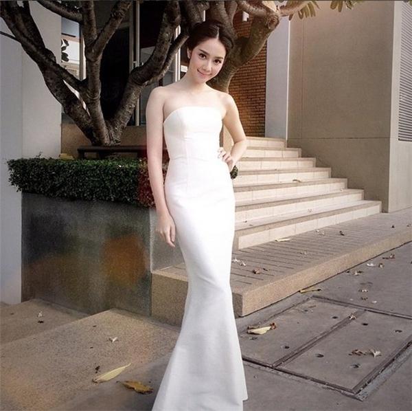 Không chỉ sở hữu gương mặt xinh đẹp, Aom còn gây ấn tượng với phong cách thời trang nhẹ nhàng, sành điệu.