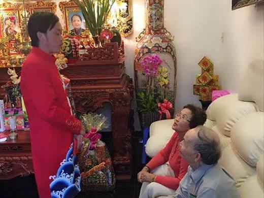 Cảm động khoảnh khắc Hoài Linh quì gối mừng tuổi cha mẹ