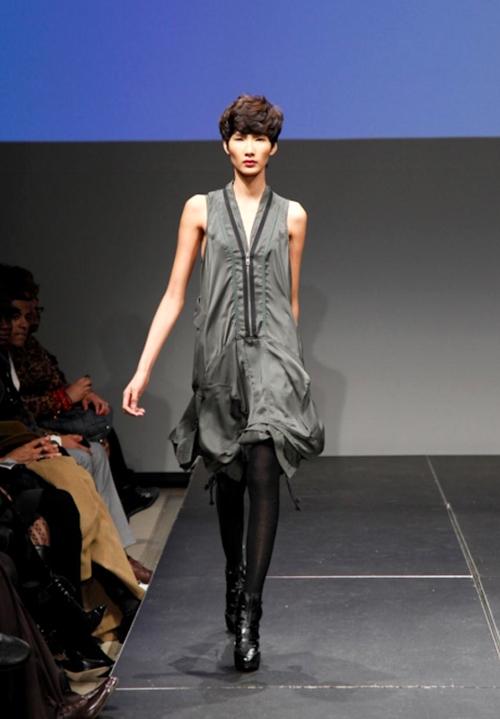 Hoàng Thùy nằm trong nhóm người mẫu trình diễn các thiết kế cá tính, ấn tượngcủa Terry Stevens. - Tin sao Viet - Tin tuc sao Viet - Scandal sao Viet - Tin tuc cua Sao - Tin cua Sao