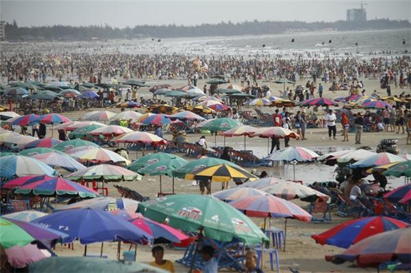 Hàng ngàn người đổ về bãi biển ở Vũng Tàu vui chơi đầu năm. Ảnh: TTO