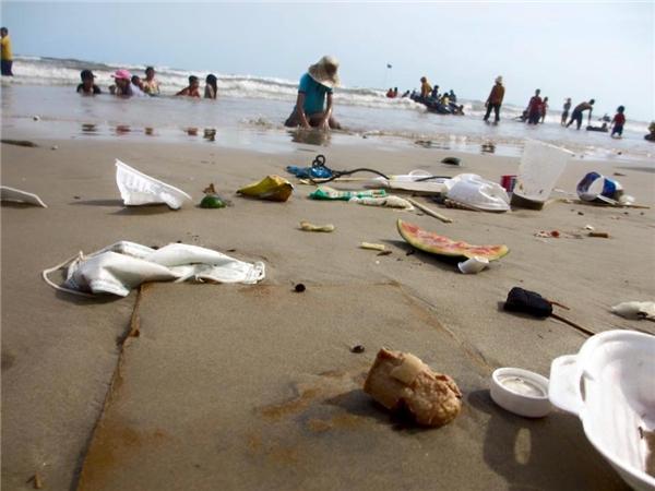 Rác xuất hiện ở mọi nơi, khiến nhiều người phảivui chơi vàtắm cùng rác. Ảnh: FB