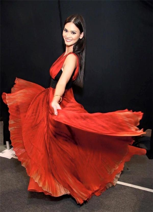 """Hoa hậu Hoàn vũ 2015 bị chê catwalk như """"đi chợ"""""""