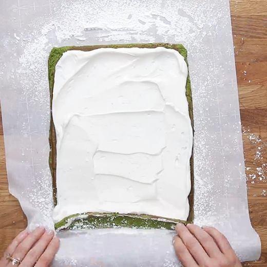 Tự tay làm bánh bông lan cuộn trà xanh cực bắt mắt