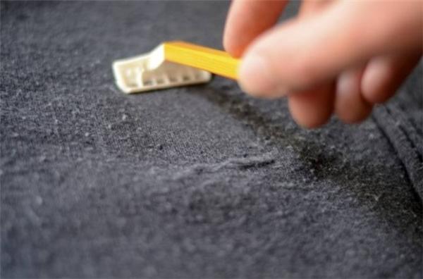 Dùng dao cạo râu để loại bỏ vết lông xù trên quần áo cũ. (Ảnh: Internet)