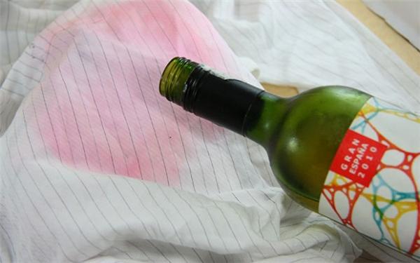 Khi áo bị dínhrượu vang, bạn hãy đổ một ít rượu trắng lên vết bẩn,sau đó rắc baking soda vào, để trong 2 đến 3 giờ rồigiặt sạch. (Ảnh: Internet)
