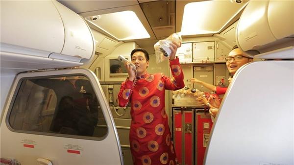 Trong bộ áo dài đỏ ngập tràn sắc xuân, Phan Anh lần đầu gửi lời chúc tài lộc đến mọi người trên máy bay. - Tin sao Viet - Tin tuc sao Viet - Scandal sao Viet - Tin tuc cua Sao - Tin cua Sao
