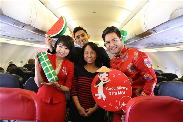 Các hành khách đã rất vui vẻ khi được MC Phan Anh gửi tặng phiếu giảm giá cho tất cả chuyến bay. - Tin sao Viet - Tin tuc sao Viet - Scandal sao Viet - Tin tuc cua Sao - Tin cua Sao