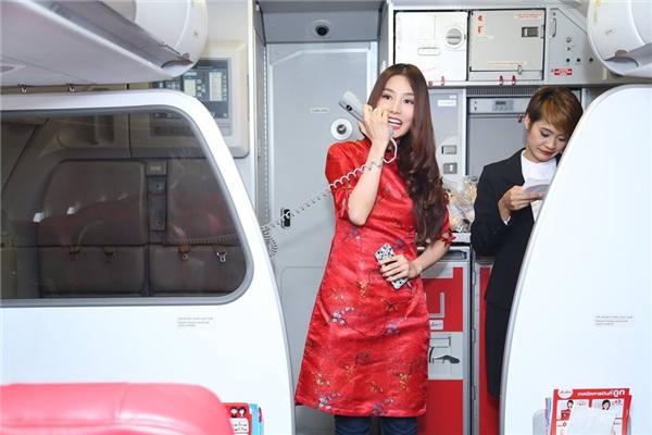 Diễm My 9x tươi tắn xuất hiện trước hàng trăm hành khách trên máy bay. - Tin sao Viet - Tin tuc sao Viet - Scandal sao Viet - Tin tuc cua Sao - Tin cua Sao