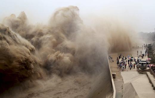 Những con sóng khổng lồ trên một con đập lớn có tên Xiaolangdinằm trên sông Hoàng Hà. (Ảnh: Reuters)