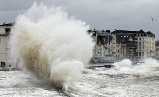 Con sóng bắn ngược lên cao khi bị vật cản. (Ảnh: NOAA)