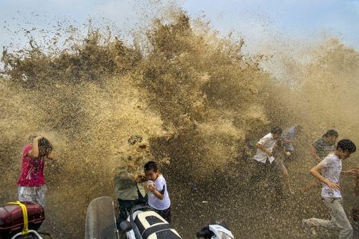Người dân bỏ chạy trước sóng lớn. (Ảnh:Tech Insider)