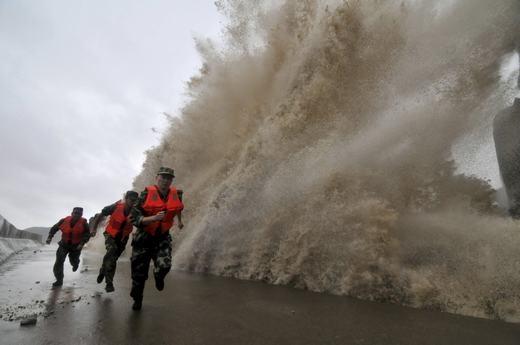 Những người lính cứu trợ trong cơn bão Fitow tại Ôn Lĩnh, Trung Quốc. (Ảnh:Tech Insider)