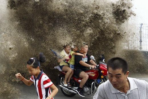Triều cường khiến người dân ở bên bờ sông Tiền Đường, Hàng Châu, Trung Quốc khổ sở. (Ảnh: Tech Insider)