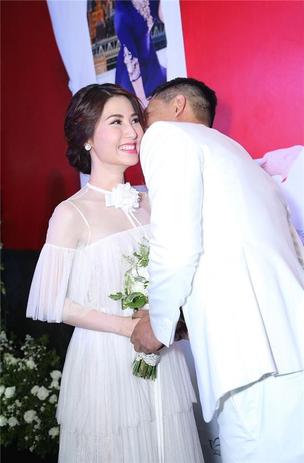 Diễm My cười hạnh phúc khi chú rể Bình Minh trao nụ hôn ngọt ngào lên má. - Tin sao Viet - Tin tuc sao Viet - Scandal sao Viet - Tin tuc cua Sao - Tin cua Sao