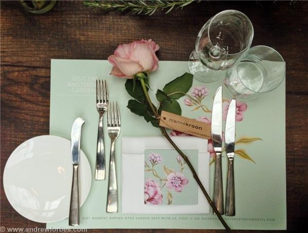 Ngoại trừ dụng cụ ăn uống và đồ trang trí để sẵn, bạn không nên để thứ gì khác lên bàn. (Ảnh: Internet)