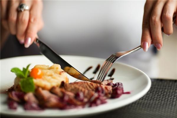Khi dùng bữa, tránh tạo ra âm thanh.