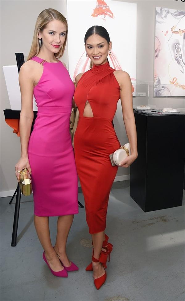 Hoa hậu và áhậu Hoàn vũ 2015 khoe đường cong nóng bỏng trong dáng váy ôm sát. Nếu như Pia nổi bật với sắc đỏ thì Olivia Jordan lại ngọt ngào với tông hồng. Phụ kiện đều được kết hợp đồng điệu với trang phục.