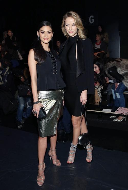 Olivia sang trọng với cả cây đen kết hợp giữa váy xẻ ngực sâu táo bạo cùng áo vest hiện đại. Pia khéo léo tạo nên điểm nhấn cho tổng thể bằng chất liệu ánh kim nổi bật. Tuy nhiên, áhậu Olivia trông có phần nổi bật hơn nhờ sự đơn giản, thanh thoát.