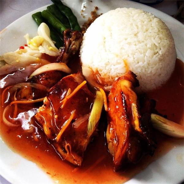 Ngoài cơm gà, ở đây còn có cơm sườn, thịt bò đều rất ngon và luôn được chế biến đậm đà. (Ảnh: Internet)