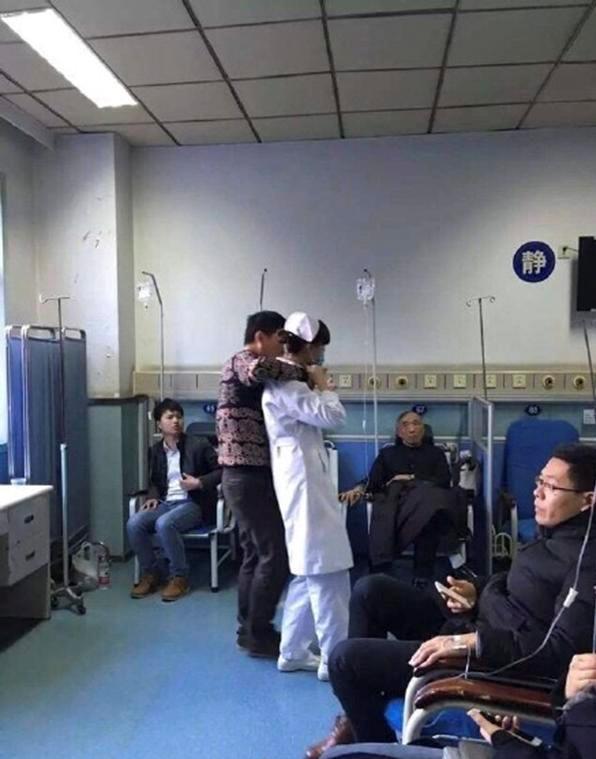 Bệnh nhân kề dao lên cổ nữ y tá để uy hiếp, đòi gặp cảnh sát (Nguồn Internet)