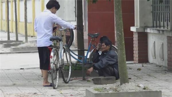 Nam thanh niên ngỏ lời nhờ ông cụ sửa xe giúp.(Ảnh: Cắt clip)