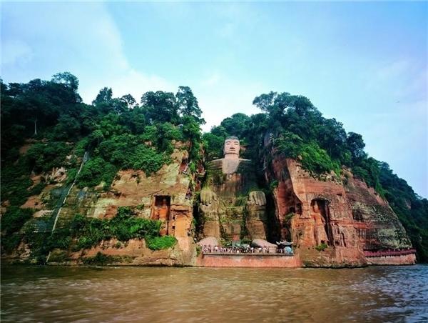 Lạc Sơn Đại Phật thu hút hàng triệu lượt tham quan mỗi năm. (Ảnh: Internet)